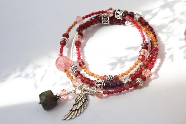 Diễn viên Vũ Ngọc Ánh lại yêu thích chiếc vòng tay làm từ đá Garnet và thạch anh hồng. Các chi tiết bạc được chạm khắc theo phong cách bohemian trẻ trung và dễ kết hợp với các items thời trang khác