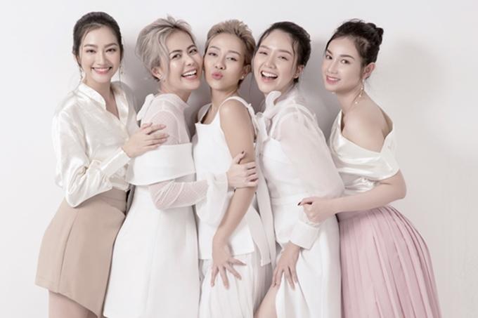 Trúc Diễm (trái)mời những người phụ nữ xinh đẹp, nổi tiếng trong những lĩnh vực khác nhau của nghệ thuật để thể hiện bộ sưu tập. Đây cũng là hội bạn thân thiết nhiều năm với cô như: MC Bùi Việt Hà (thứ hai từ trái sang), ca sĩ Thảo Trang (thứ ba từ trái sang), diễn viên - ca sĩ Băng Di (thứ hai từ phải sang), MC Quỳnh Chi (ngoài cùng bên phải).