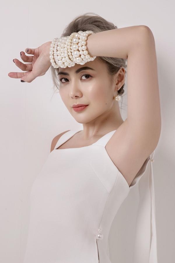 Bùi Việt Hà khoe vẻ đẹp sang trọng và khí chất mạnh mẽ. Cô cho biết mình là người từng trải, dứt khoát với công việc nhưng vẫn luôn trẻ trung trong tâm hồn.