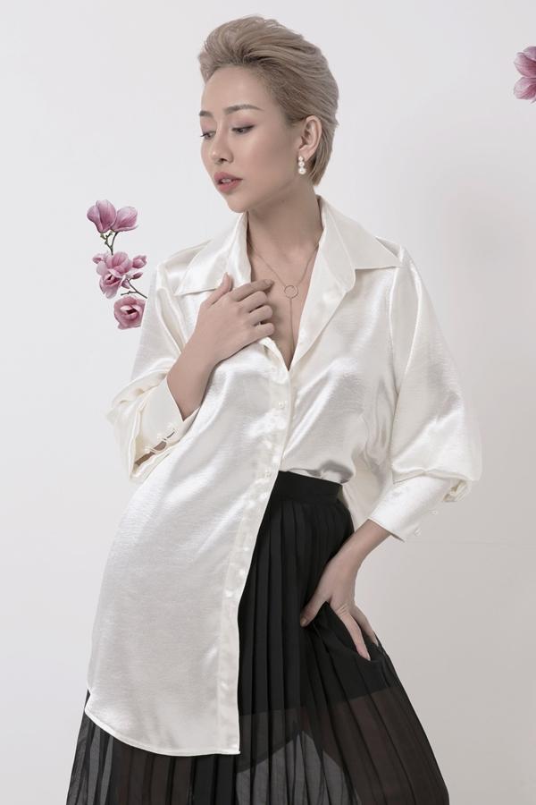 Thảo Trang xuất hiện cá tính với sơmi tay phồng cổ điển được sơ vin một bên vạt, phốichân váy xếp ly. Nữ ca sĩchia sẻ Ngày hôm nay khoác lên mình những bộ trang phục do Trúc Diễm thiết kế, tôithấyđàn bà hơn, xinh đẹp hơn mà vẫn không mất đi cá tính của mình.