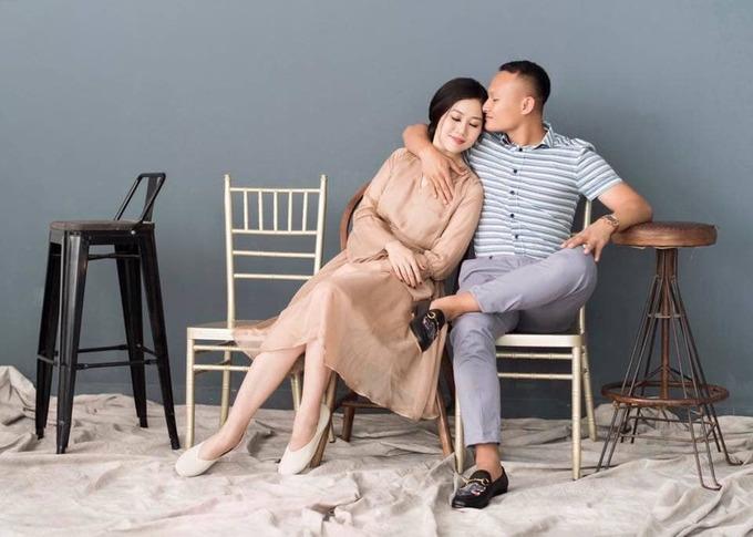 Tiền vệ Trọng Hoàng và vợ mặc đồ đôi chụp ảnh cưới