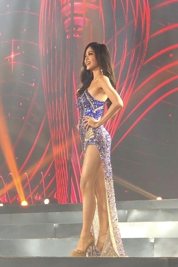 Phương Nga chọn váy xẻ đùi cao cho phần thi dạ hội.