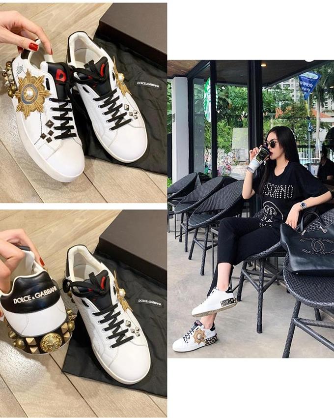 Là con gái, Kỳ Duyên lại yêu thích và sử dụng nhiều sản phẩm dành cho nam giới. Đôi giày seaker Dolce& Gabbana trông mạnh mẽ cũng được Hoa hậu bán giá 12 triệu đồng.
