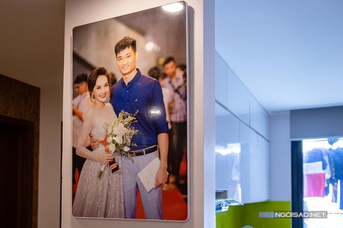 Hình ảnh ông xã sóng đôi Bảo Thanh trên thảm đỏ lễ trao giải VTV Award 2017 được cô in cỡ lớn treo trong nhà. Đây là khoảnh khắc đáng nhớ của cô khi lần đầu tiên cô đoạt giải Nữ diễn viên ấn tượng với vai nàng dâu Minh Vân trong Sống chung với mẹ chồng.