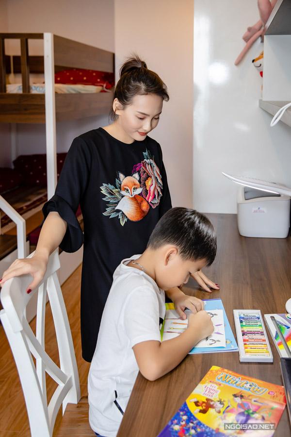 Bảo Thanh cho biết, dù mới chuyển từ Bắc Giang lên Hà Nội học đượcvài tháng nhưng Bin hòa nhập rất nhanh với các bạn. Cậu nhóc không bao giờ để bố mẹ phải nhắc nhở trong việc học hành vìluôn có ý thức tự giác.