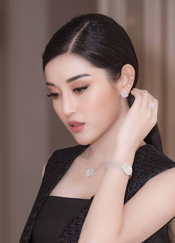 Vốn là một tín đồ hàng hiệu, Huyền My không tiếc tiền đầu tư mua đồng hồ đính kim cương gần 1 tỷ đồng cùngbộ trang sức gồm vòng cổ, hoa tai và nhẫn có thiết kế nhưbông hoa hồng.