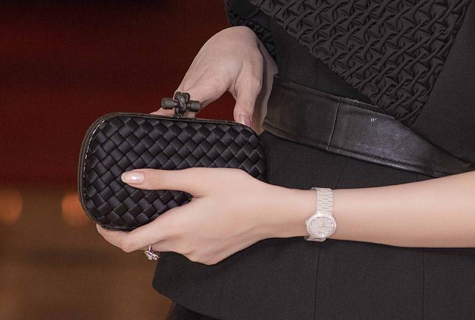 Chiếc clutch màu đen của cô cũng là của một thương hiệu nổi tiếng.Tổng giá trị các phụ kiện mà côsử dụng trong event tối qua có giá trị lên tới 2 tỷ đồng.