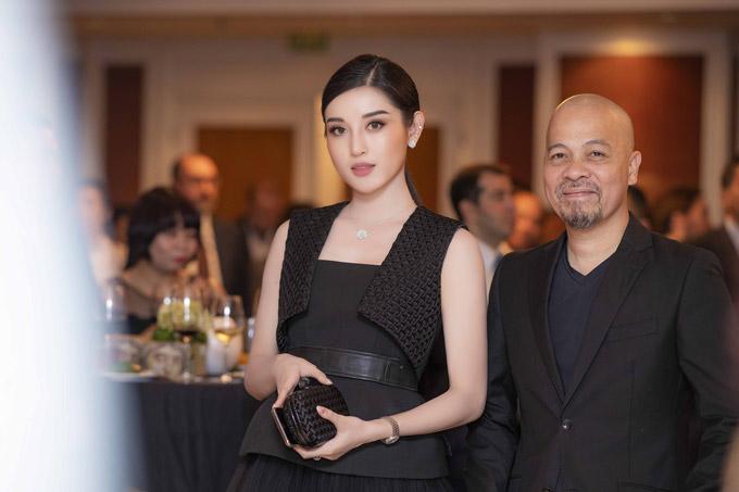 Trong buổi tiệc tại khách sạn 5 sao của Hà Nội, Á hậu có dịp gặp gỡ NTK Đức Hùng.