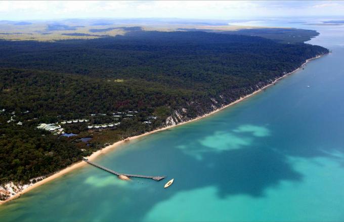 Sau khi nghỉ nửa ngày, sức khỏe của công nương đã hồi phục. Tuy nhiên, hai người vẫn quyết định dành một đêm nghỉ dưỡng tại khu nghỉ cao cấp này. Kingfisher Bay Resort nằm trên đảo Fraser - nơi được công nhận là Di sản thiên nhiên thế giới do UNESCO công nhận. Đây cũng là hòn đảo cát lớn nhất thế giới với chiều dài lên tới 120 km, nằm về phía đông bờ biển bang Queensland.