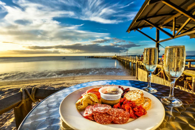 Du khách có thể vừa ngắm ánh hoàng hôn trên cầu cảng, vừa thưởng thức bữa tối, với ly rượu vang ngây ngất, tình tứ.Kingfisher Bay Resort có 4 hồ bơi, mỗi hồ đều được trang bị ghế tắm nắng.