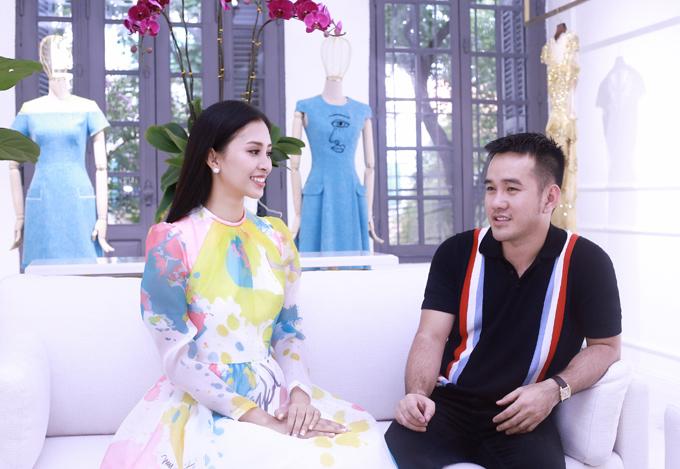 Sau hơn một tháng đăng quang Hoa hậu Việt Nam 2018, Tiểu Vy đang chứng tỏ sự xứng đáng của mình qua các hoạt động thiện nguyện cũng như phong cách thời trang. Mới đây, cô ghé showroom của nhà thiết kế Lê Thanh Hòa để nhờ anh tư vấn về cách lựa chọn trang phục phù hợp cho những sự kiện sắp tới.