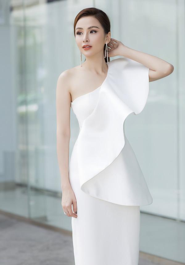 Diễm Hương khoe vẻ gợi cảm với váy trắng lệch vai của nhà thiết kế Tuyết Lê.