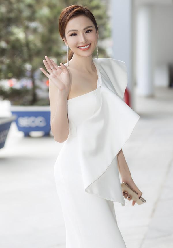 Diễm Hương là hoa hậu đầu tiên được một thương hiệu của Nhật mời dẫn dắt Triển lãm Ôtô tại TP HCM.