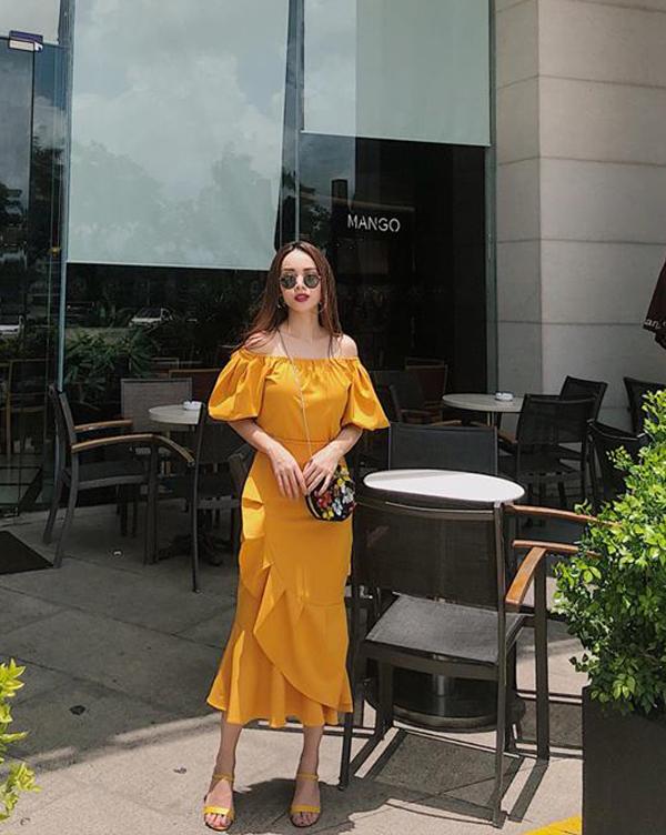 Bên cạnh việc khéo chọn các dáng váy hợp trend, Yến Trang còn đặc biệt quan tâm đến cách sử dụng sắc màu đúng trào lưu thời thượng. Ca sĩ vẫn áp dụng cách phối màu đồng điệu cho váy áo và phụ kiện khi xuống phố.