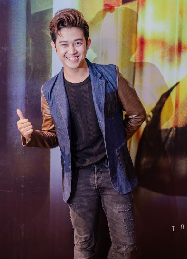 MC Trương Quốc Bảo giúp Trịnh Thăng Bình dẫn dắt buổi họp báo ra sản phẩm mới.
