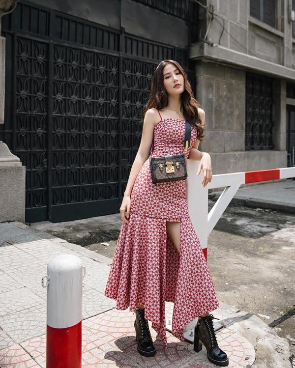 Váy hai dây của Diễm My 9x vừa tôn nét gợi cảm vừa giúp người mặc trở nên bay bổng hơn khi xuống phố vào mùa thu.