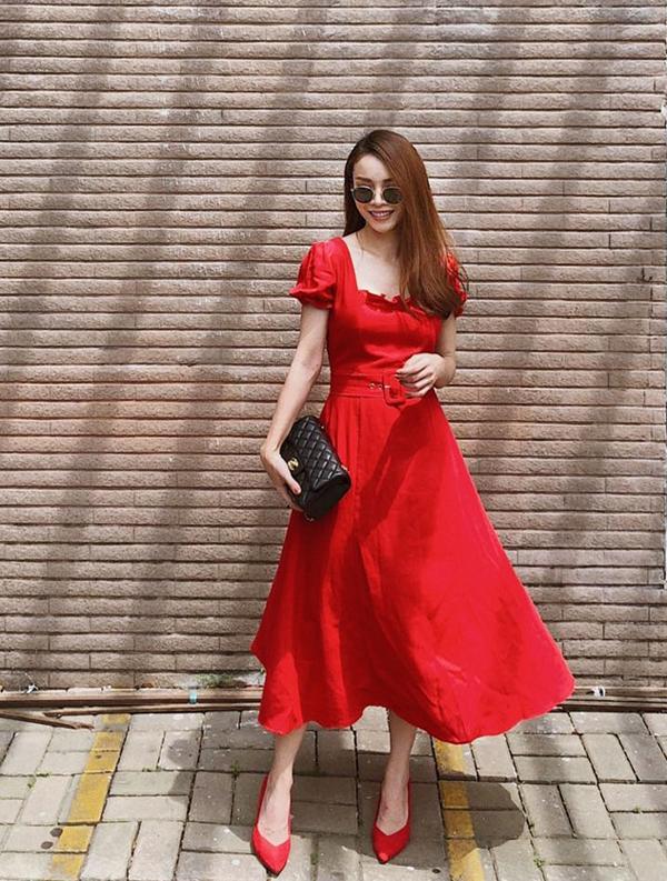 Váy cổ điển cũng là một trong những món đồ được nhắc đến nhiều nhất khi thu về. Yến Trang xây dựng hình ảnh nhẹ nhàng với thiết kế váy thắt eo ton-sur-ton cùng giày mũi nhọn.