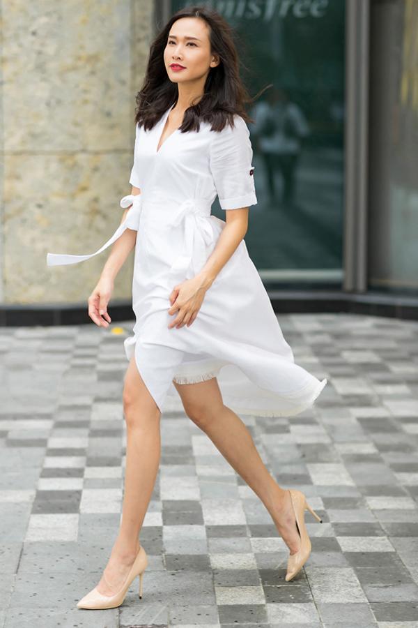 Trong không khí dịu mát, Dương Mỹ Linh ưu tiên các kiểu váy phom dáng đơn giản và được cắt may trên các chất liệu nhẹ tênh, thân thiện cơ thể.