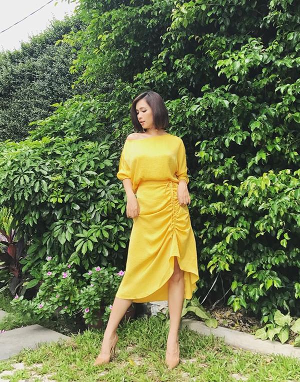 Váy bất đối xứng mix cùng áo lụa lệch vai được ưa chuộng ở mùa hè tiếp tục được Ái Phương lăng xê.