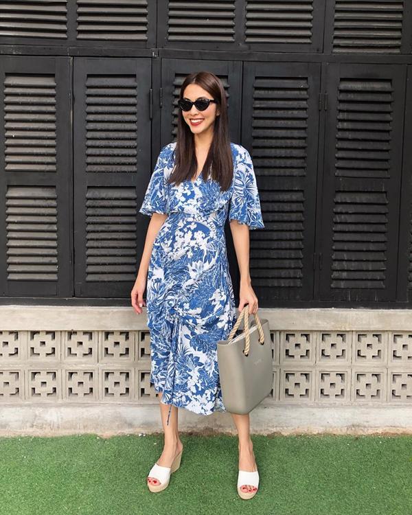 Họa tiết da thú và kẻ sọc ca rô đang thể hiện sự trỗi dậy mạnh mẽ ở xu hướng thu đông 2018. Thế nhưng các kiểu váy in hoa tôn nét dịu dàng vẫn được Tăng Thanh Hà và nhiều sao Việt yêu thích.