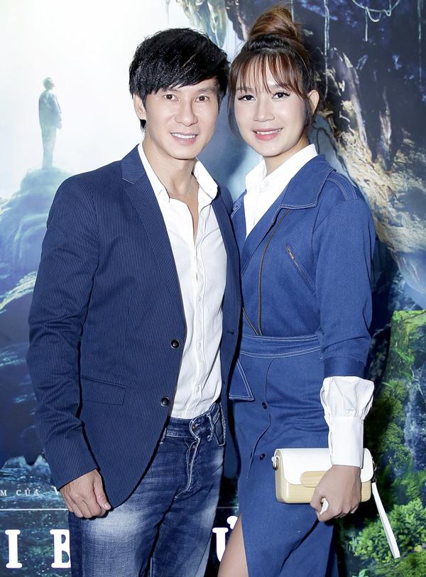 Vợ chồng Lý Hải - Minh Hà mặc ton-sur-ton xanh, trốn 4 con đi xem phim của đồng nghiệp.