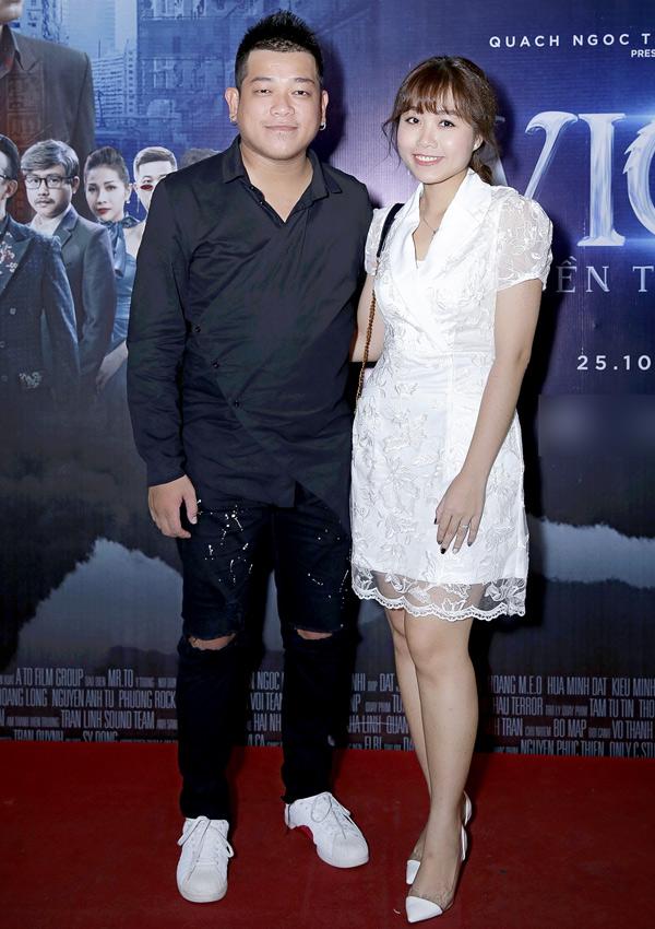 Diễn viên hài Thanh Tân tình tứ bên vợ mới cưới.