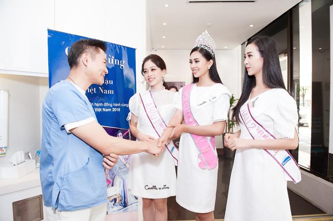 Sau khi đăng quang, Hoa hậu Trần Tiểu Vy cùng Á hậu Bùi Phương Nga và Nguyễn Thị Thuý An đã có dịp trở lại và gửi lời cảm ơn đến Dr. Andrew H. F. Tsang - Tổng Giám đốc Nha khoa Westcoast, người đã đồng hành cùng các người đẹptrong suốt quá trình tham dự cuộc thi Hoa hậu Việt Nam 2018.