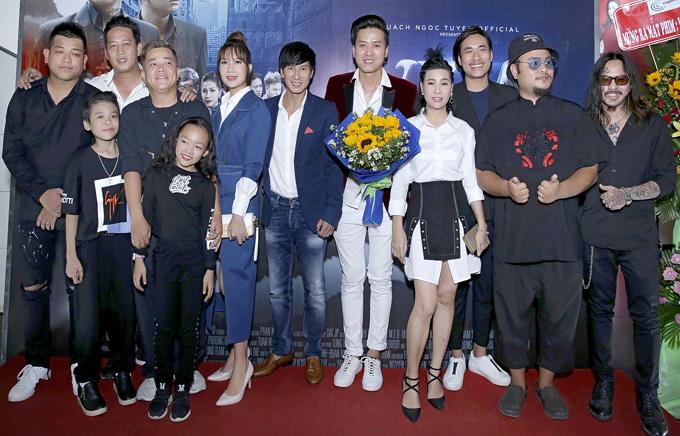 Quách Ngọc Tuyên rạng rỡ chụp ảnh cùng bạn bè, nghệ sĩ thân thiết tại buổi ra mắt phim, tối 25/10.