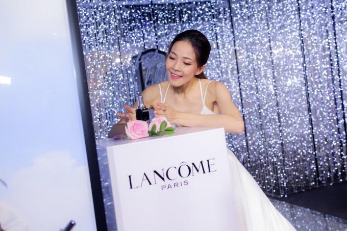 Trong chiếc váy trắng, nghệ sĩ múa ballet Trần Hoàng Yến gây ấn tượng với tiết mục múa nói về vẻ rạng rỡ của cô gái được sống hết mình vì đam mê.