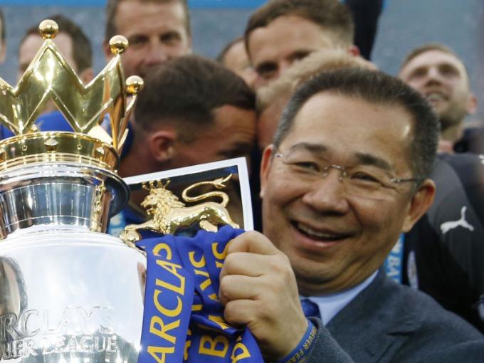 Tỷ phú rước cúp ngoại hạng Anh cùng Leicester tại Bangkok năm 2016. Ảnh: Sky News.