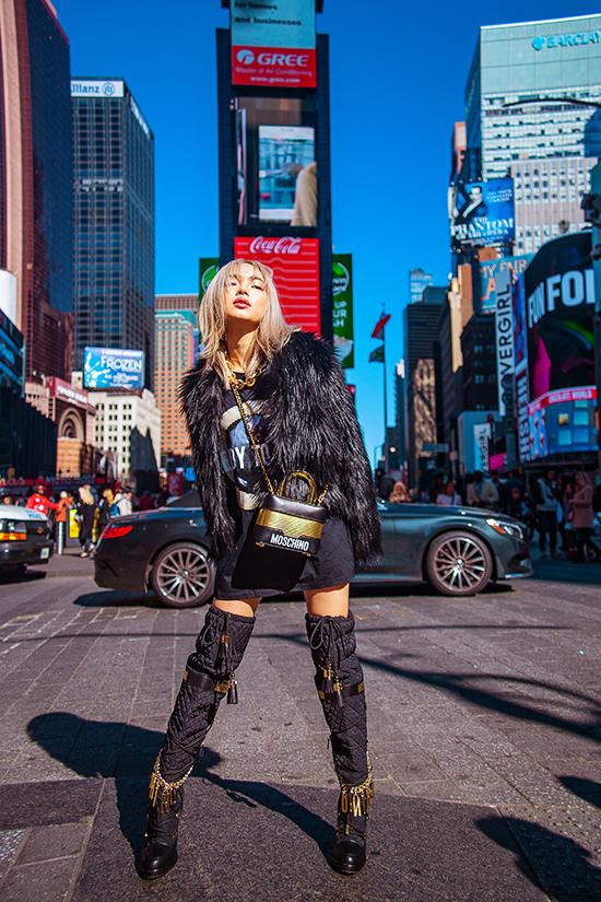 Sau khi tham dự show diễn trình làng bộ sưu tập mới của H&M kết hợp cùng Moschino, Châu Bùi đã chọn những mẫu trang phục mới ra lò để thực hiện bộ ảnh street style.