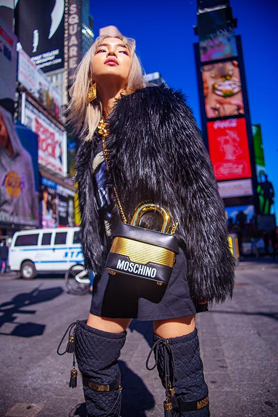 Fashionista tạo dán cuốn hút giữa quảng trường Thời Đại - biểu tượng của thành phố New York.