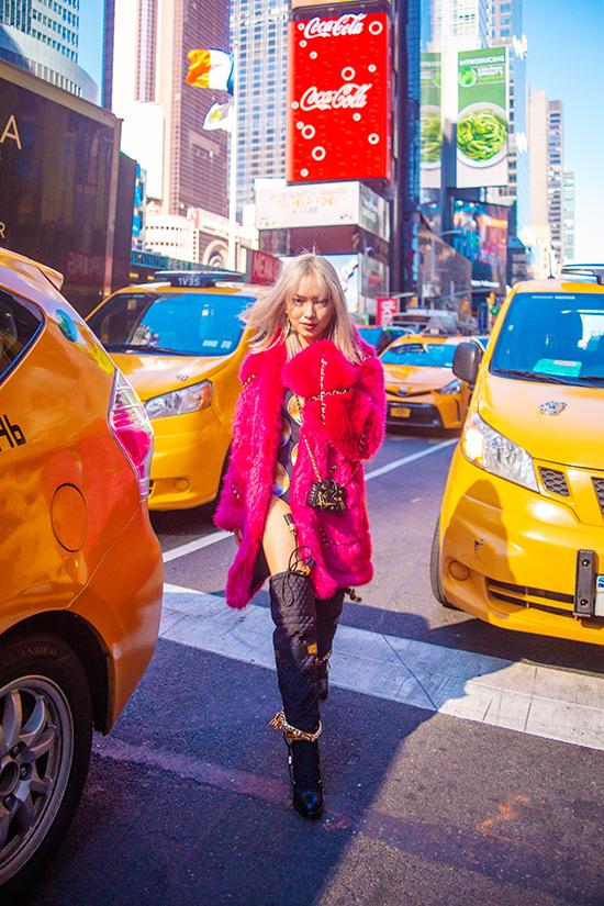 Qua cách mix trang phục dạo phố của mình, Châu Bùi muốn thể hiện hình ảnh một cô gái sống động, màu sắc, tươi trẻ, tinh nghịch vàtràn đầy năng lượng.