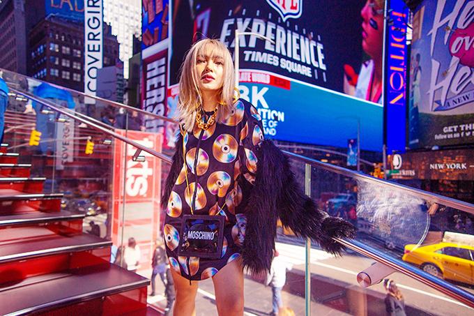 Trang phục in hoạ tiết những chiếc đĩa CD là điểm nhấn ấn tượng trong bộ sưu tập mới của thương hiệu nổi tiếng. Châu Bùi nhanh tay chọn kiểu váy suông để diện cùng kiểu áo khoác sang chảnh.