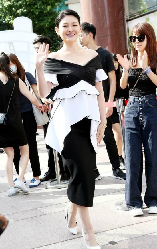 Từ Hy Viên dự sự kiện của một thương hiệu mỹ phẩm tổ chức hôm 27/10. Nữ diễn viên mảnh mai, thon thả hơn trước, gương mặt rạng rỡ. Nửa năm sau biến cố thai lưu, Từ Hy Viên dần lấy lại sắc vóc đẹp.