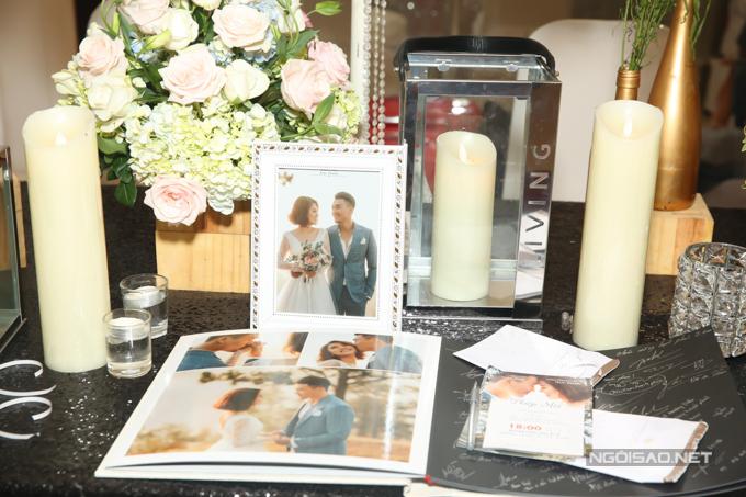 Khách mời ký tên vào cuốn album ảnh cưới kèm theo những lời chúc phúc dành tặng đôi vợ chồng.