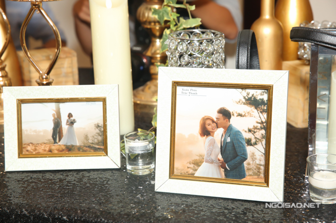 Trên bàn memory là ảnh cưới của uyên ương được thực hiện tại Đà Lạt trong vòng hai ngày.