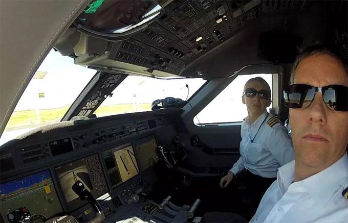 Eric và Izabela cùng làm việc trong một chuyến bay.
