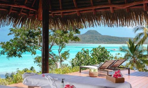 Mỗi căn villađều có bãi biển riêng, hồ bơi vô cực và đi kèm với nhân viên massageriêng. Nhờ có bãi biển riêng mà khách ở villa này sẽ không chạm mặt người trên cùng hòn đảo của mình, đảm bảo tính riêng tư tuyệt đối.