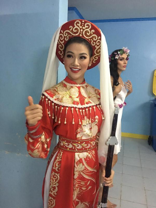 Đại diện Việt Nam diện trang phục nữ tướng ở phần thi Tài năng.