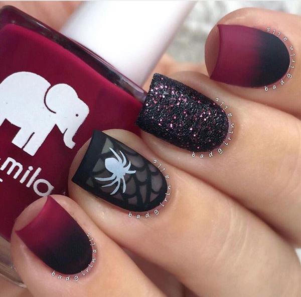 Nêu là cô nàng bánh bèo, bạn có thể kết hợp mẫu móng sơn ombre với nhũ và một ngón vẽ họa tiết con nhện.