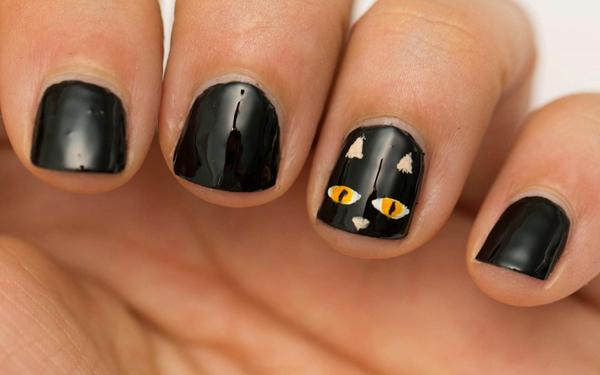 Móng sơn đen, vẽ hình ở một ngón được nhiều quý cô lựa chọn.