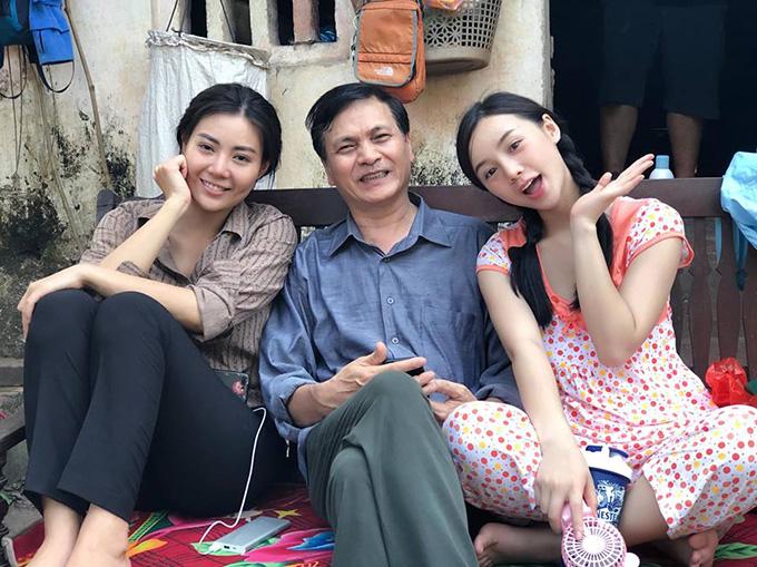 Quỳnh Kool (bìa phải) tại hậu trường phim Quỳnh búp bê.