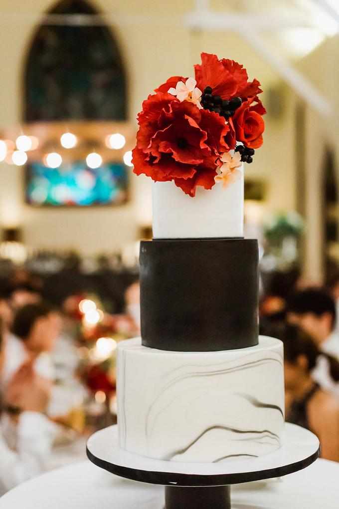 Tiệc cưới màu đen và đỏ tía của uyên ương Singapore