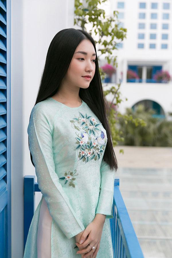 Chương trình còn có sự xuất hiện của nàng thơ xứ Huế - Ngọc Trân. Cô chọn chiếc áo dài không cổ màu xanh duyên dáng.