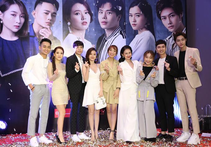 Đạo diễn 9X Luk Vân (thứ năm từ trái qua) chỉ đạo thực hiện phim này. Anh mãi bên em dự kiến bấm máy vào tháng 12 năm nay và ra mắt vào năm 2019.