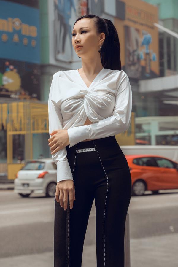 Nữ doanh nhândiệnbộ cánh tông màu đen trắng đối lập. Paris Vũ chọn kiểu tóc cột cao phía sau đầy trẻ trung, năng động.
