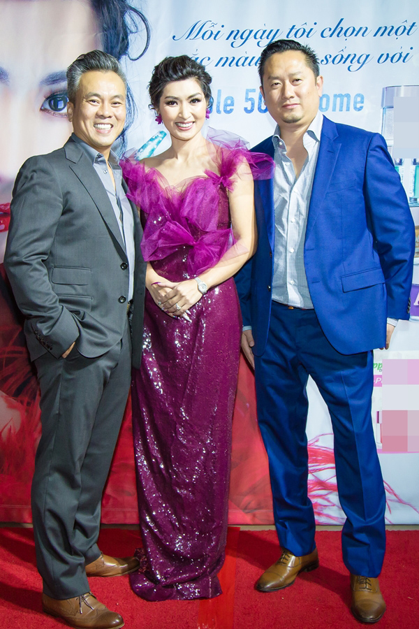 Ca sĩ Nguyễn Hồng Nhung chọn mẫu đầm quá rộng, chất liệu và kiểu dáng kém sang.