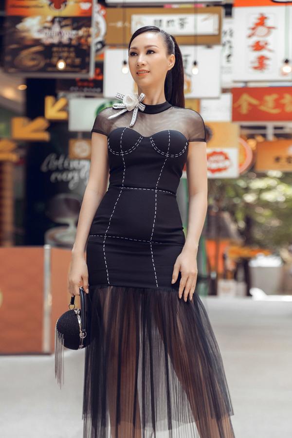 Phụ kiện túi xách tròn tông đen ăn nhập cùng bộ trang phục tạo sự thống nhất.
