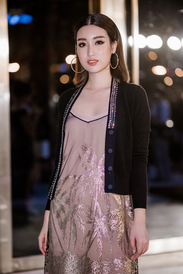 Chiếc áo khoác len của Hoa hậu Đỗ Mỹ Linh tại bế mạc Tuần lễ thời trang quốc tế Việt Nam là nguyên nhân khiến cô trông già, lỗi mốt.